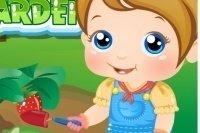 Baby Alice nell'orto